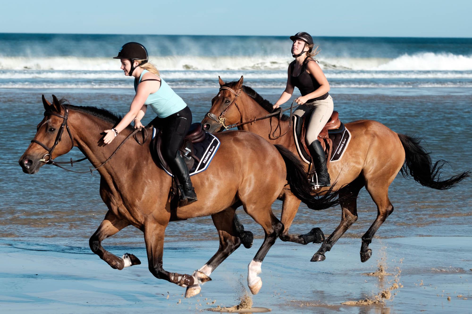 Reiterinnen am Strand von Le Porge Océan