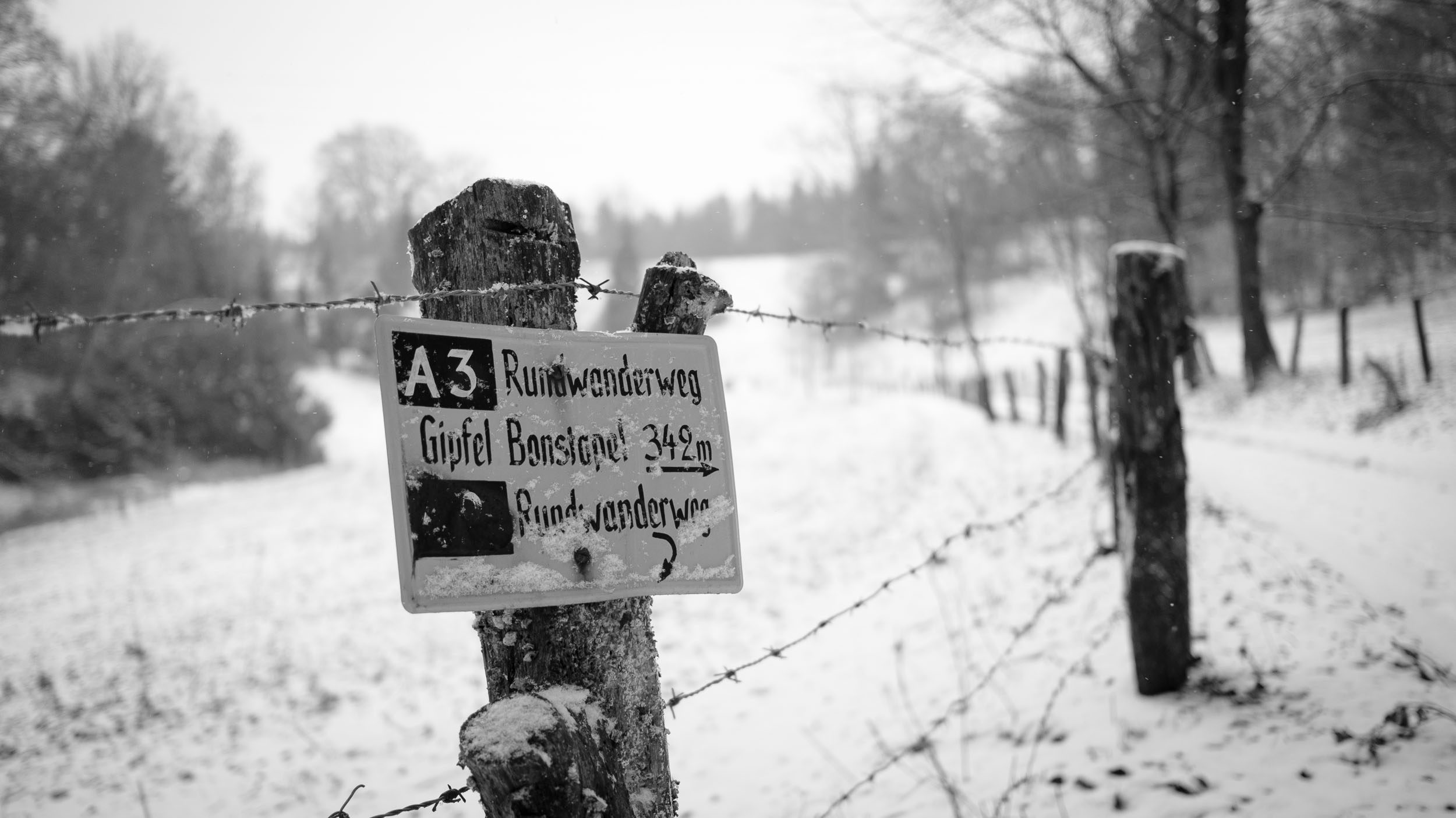 Bonstapel im Schnee