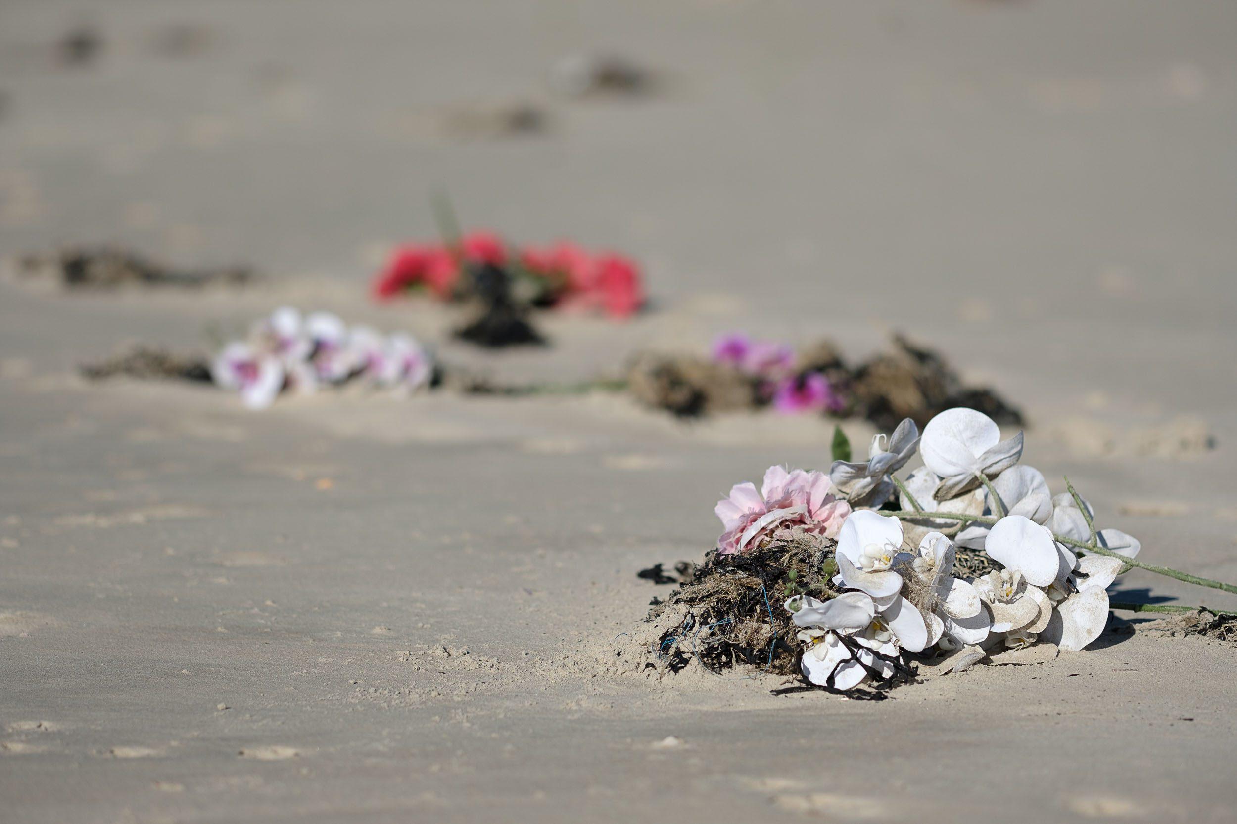 Plastikblumen am Strand, Norderney