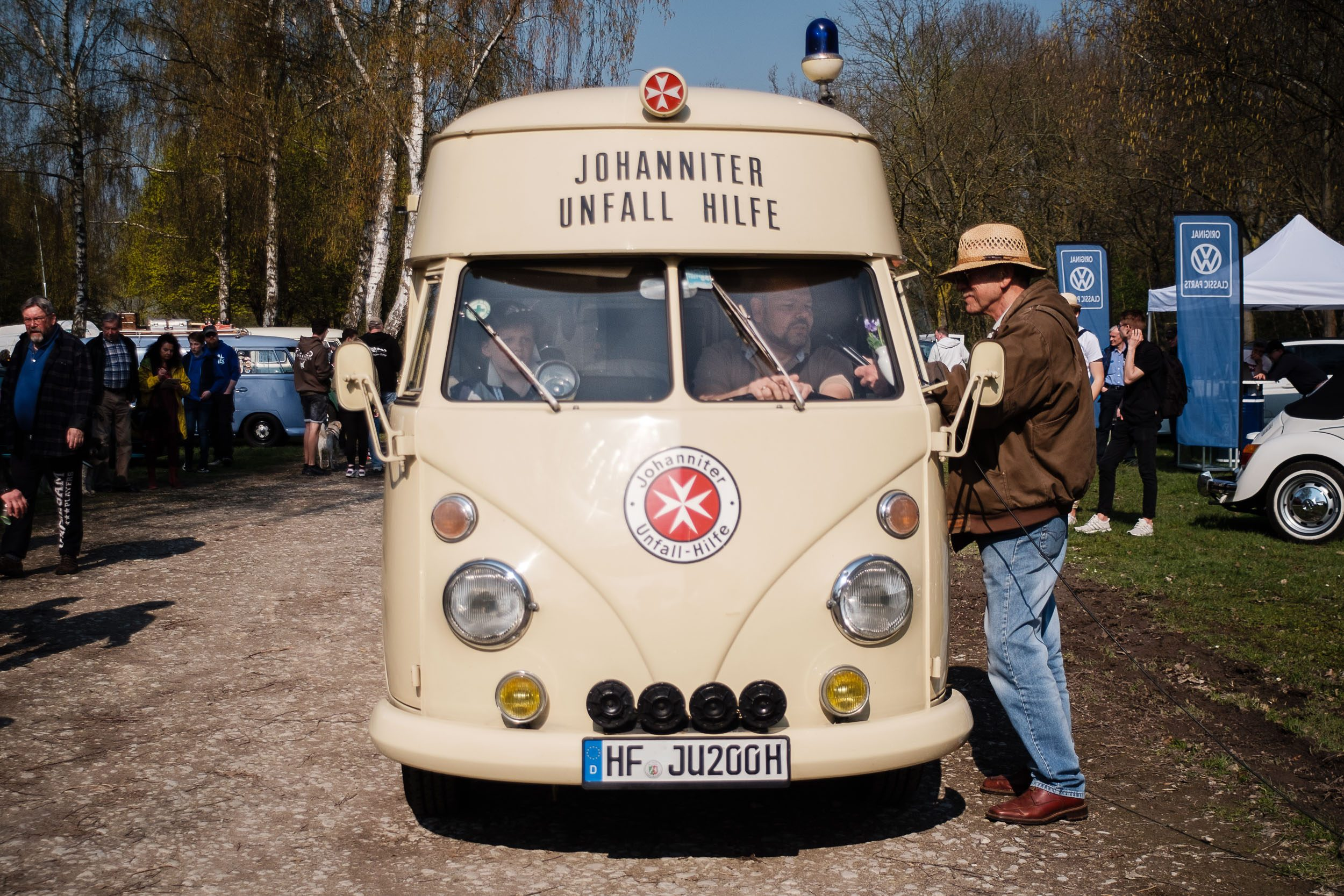historischer Johanniter-Bus beim Oldtimertreffen am großen Weserbogen VW Porsche Audi Klassik 2019