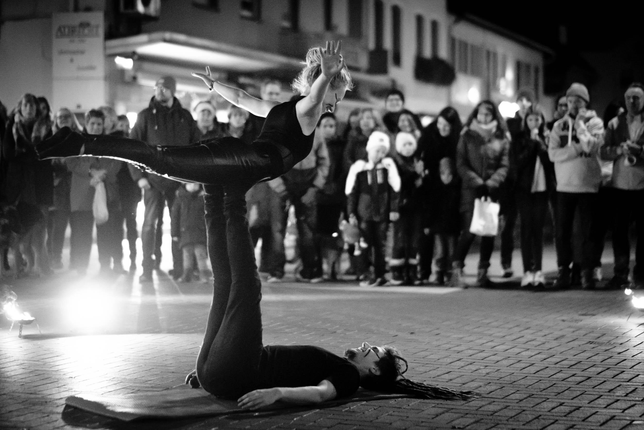 "Akrobatik Nele Buchholz und Pascal Kunz als ""Lichterloh"", Vlotho"