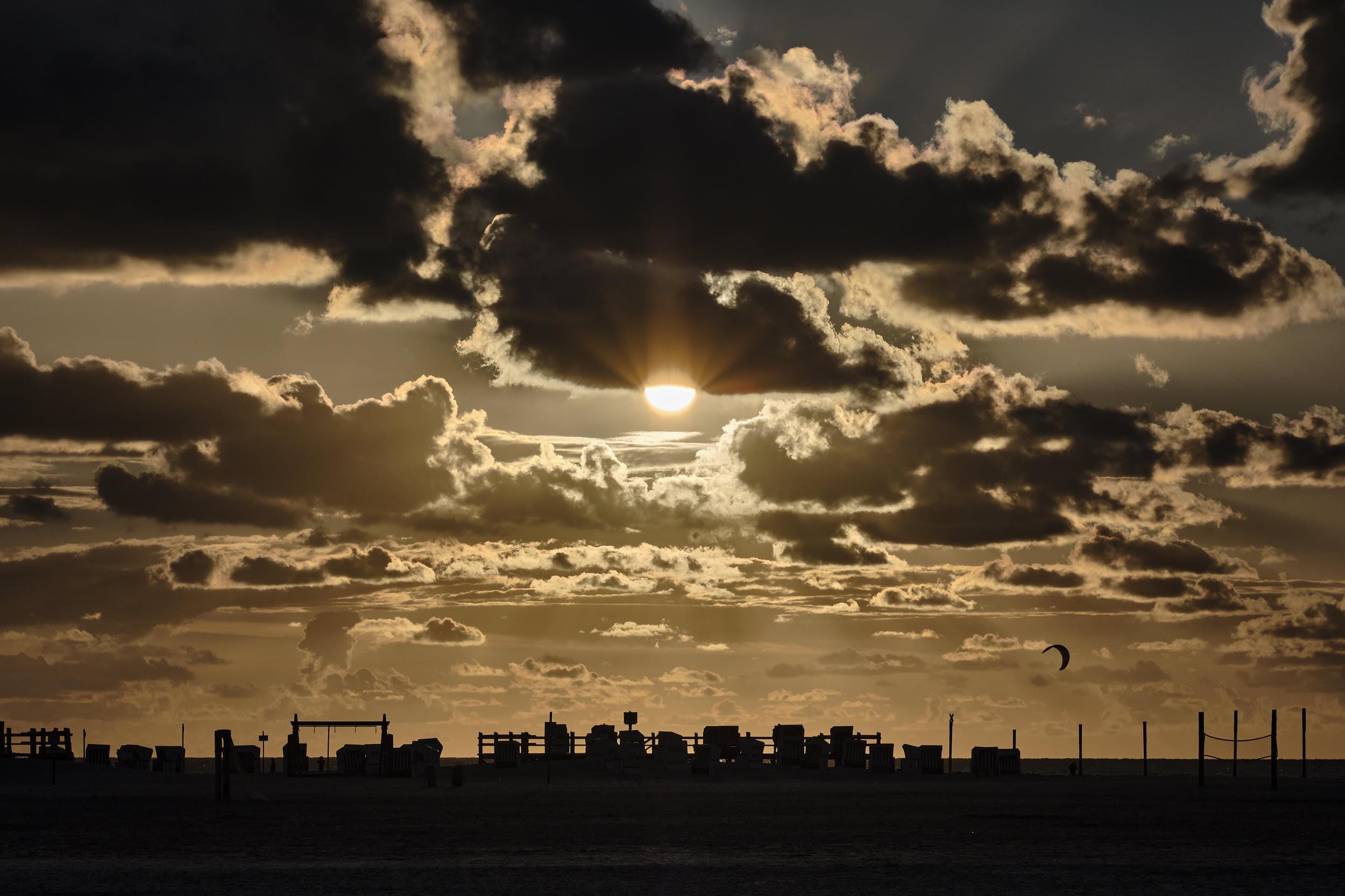 Sonnenuntergang, Silhouette Strandkörbe, Sankt-Peter-Ording