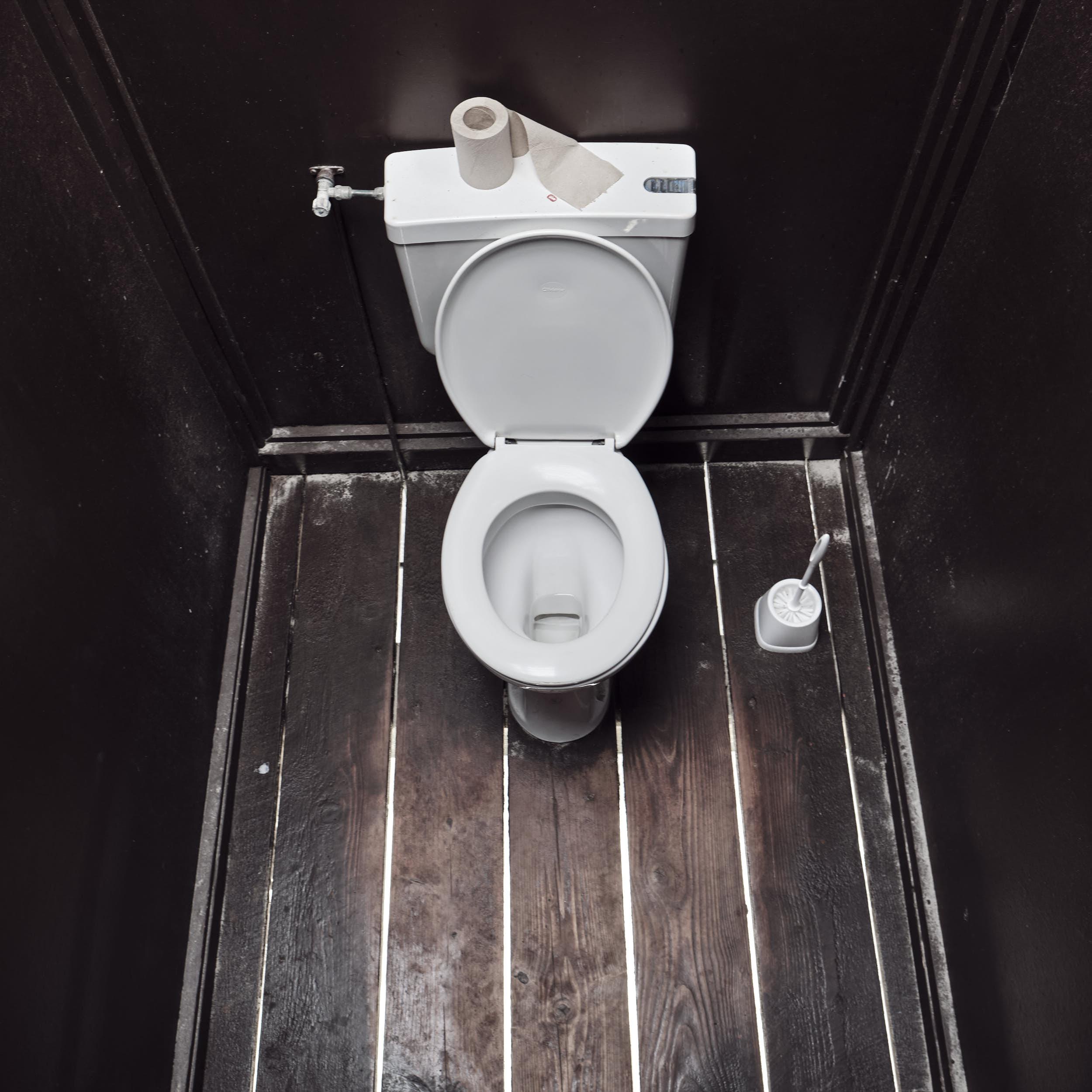 Bick durch die Bodenbretter, historisches Toilettenhaus, Sankt-Peter-Ording, Strand