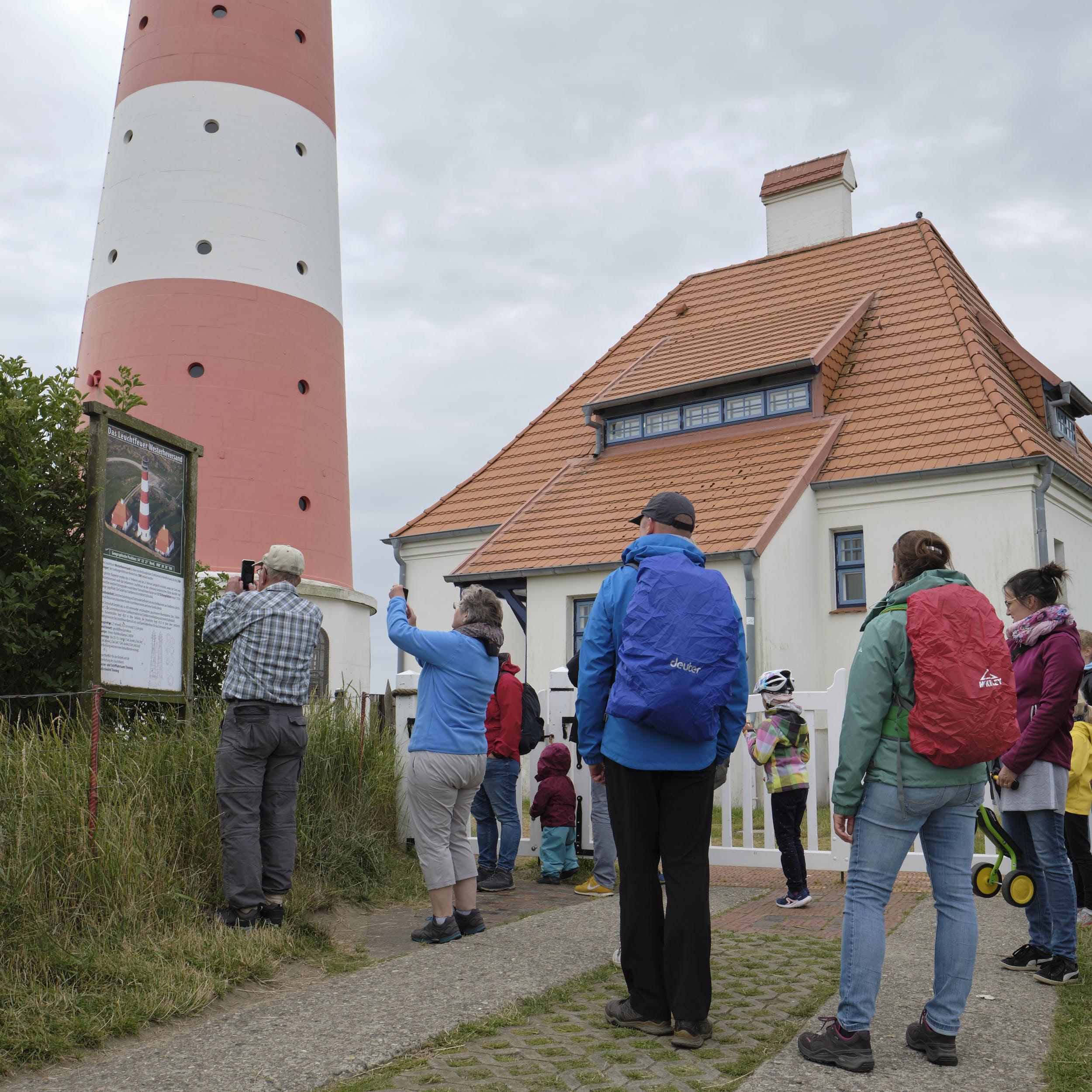Besucher Leuchtturm Westerheversand, 2020, Warft gesperrt